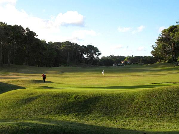 Jugando al golf en Pinamar