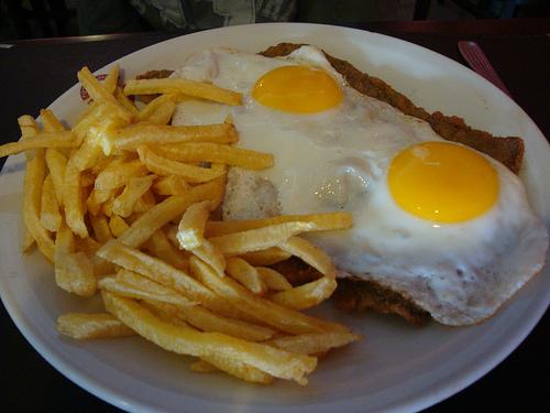 Milanesas con patatas fritas y huevo frito, el clásico de todos los tiempos