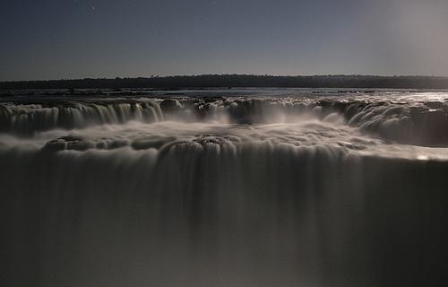 Las Cataratas del Iguazú a la luz de la luna
