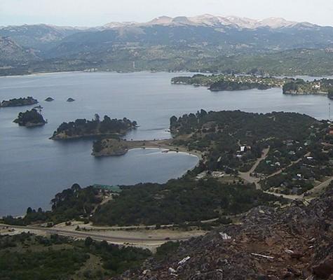 Villa Pehuenia, a orillas del lago Aluminé